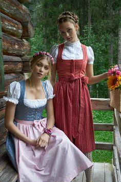 """Blumen-Haarreif """"Zenzi"""" in Rosarot und Dirndl-Haarreif """"Fanny"""" in Kupfergrün   Dirndl: Julia Trentini"""