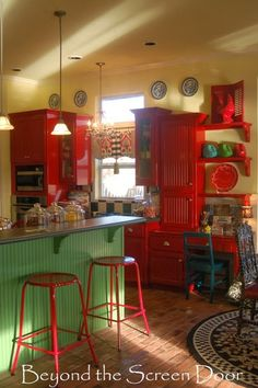 Beauitiful Example of a Red Kitchen and Curtain Makeover. I love the red painted kitchen cupboards and the red kitchen stools sitting under the breakfast bar Cozy Kitchen, Country Kitchen, Kitchen Stools, Kitchen Cupboards, Red Cabinets, Deco Retro, Red Cottage, Kitchen Colors, Red Kitchen Decor