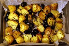 Cartofi noi la tava, cu rozmarin si masline Vegan Recipes, Potatoes, Favorite Recipes, Vegetables, Food, Passau, Vegane Rezepte, Potato, Essen