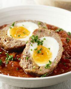 Vogelnestjes zijn echt Vlaams culinair erfgoed. Een heerlijke gehaktbal met een eitje binnenin, met daarbij een lekkere tomatensaus en smeuïge aardappelpuree.