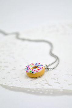 Collier donut en polymère Fimo, bijoux sucré gourmands, adorable collier avec petit donut à la vanille et bonbons de sucre multicolores.