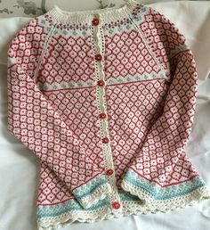 Knitting pattern cardigan Ravelry: Sommerkoften 2016 by Monika Mortensen Punto Fair Isle, Tejido Fair Isle, Knitting For Kids, Knitting Projects, Baby Knitting, Fair Isles, Fair Isle Pattern, Fair Isle Knitting, How To Purl Knit
