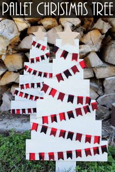Loving this rustic pallet Christmas tree! It is perfect for any farmhouse decor. The plaid makes it perfect! #farmhouse #christmas #pallet