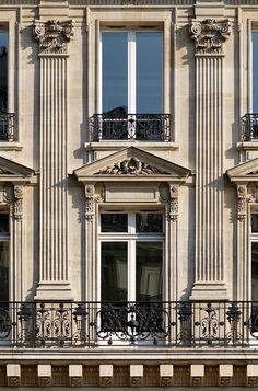 devine pilasters  Colossal_order_8_avenue_Opera_Paris.jpg