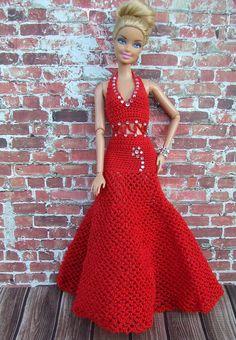 Więcej Pinów na Twoją tablicę Barbie - Poczta Crochet Barbie Patterns, Crochet Doll Dress, Crochet Doll Clothes, Crochet Doll Pattern, Sewing Barbie Clothes, Barbie Clothes Patterns, Clothing Patterns, Barbie Gowns, Barbie Dress