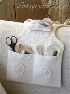 White sewing caddy - It is so pretty! I want for either my ottoman or my chair arm. Not for sewing but some of my stuff I keep by my Cairo. Sewing Hacks, Sewing Tutorials, Sewing Patterns, Fabric Crafts, Sewing Crafts, Sewing Projects, Crochet Projects, Diy Crafts, Sewing Caddy