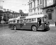 Troleicarro BUT em frente aos Congregados, em 1963 // #porto #oporto #vintage #portovintage #60s #porto60s // webook.pt Douro, Old Photos, Black And White, Buses, World, Vintage, Littoral Zone, Old Pictures, Lisbon
