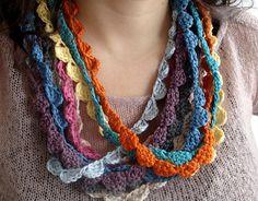 Molts collarets fets a ganxet amb fils de diferents colors