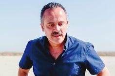 Actor y productor. Javier Gutiérrez nació en Asturias pero siendo niño se trasladó con su familia a Ferrol. Se ha convertido en un rostro ya familiar en nuestras pantallas y para ello le han servido tan solo dos personajes en televisión: Josico en la serie Los Serrano y Sátur en Águila Roja. Este año ha