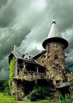 Maison de Sorcière Avec Ciel d'orage in France.