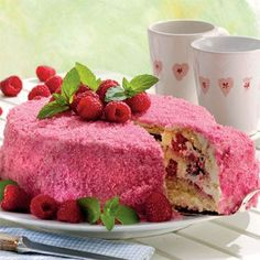 Skøn hindbærkage med flødecreme, 'hindbærsukker' og friske bær.
