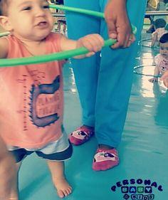 Aprender a andar é um treino constante de equilíbrio. Que tal vivenciar com um bambolê?