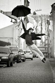 Russian Photographer Vitaly Sokolovsky captured acrobatic movements of professional dancers for a photo series called Dance Petersburg. Let ́s Dance, Rain Dance, Shall We Dance, Dancing In The Rain, Dance Art, Just Dance, Umbrella Dance, Black Umbrella, Poses