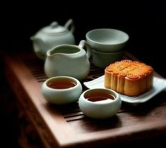 Food Art, A Food, Food And Drink, Thé Oolong, Tea Snacks, Chinese Tea, Chinese Moon Cake, Chinese Food, Tea Culture