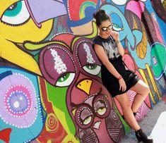 Ensaio fun no Beco do Batman em São Paulo! Look com botas, saia e camiseta estampada! Óculos mara da Rayban!