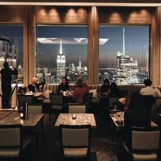 If you didn't gram it, were you really there? We all love photogenic spots so here are the 16 Most Instagrammable Restaurants in NYC! Cool Restaurant, Restaurant New York, New York Winter Outfit, Nyc At Night, Fun Restaurants In Nyc, Ny Food, Empire State Of Mind, Rainbow Room, New York Christmas