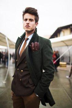 2/4 パーソナルカラーがオータムタイプの男性は、オータムジャケットやネクタイでも渋くてお洒落に仕上がり、ジジ臭くはならない。彼の様にジャケット一番下のボタンは留めないのがお作法。