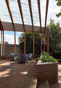 pergola terrasse en bois de design moderne, coin lounge aménagé avec un salon de jardin anthracite et un grand bac à fleurs en bois