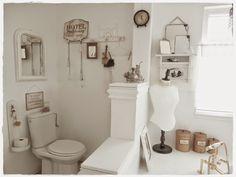 Ein Badezimmer im Shabby-Schick-Landhaus-Stil vereint den Retro-Look mit gemütlichem Flair. Helle Farben, Antiquitäten und naturbelassenes Holz sind ein Muss für diesen Stil!