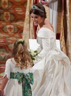 WINDSOR, ENGLAND - OCTOBER Princess Eugenie of York passes her bouquet to bridesmaid Savannah Phillips during her wedding to Jack Brooksbank at St. George's Chapel on October 2018 in Windsor, England. (Photo by - WPA Pool/Getty Images) Princesa Eugenie, Princesa Charlotte, Princesa Diana, Royal Wedding Gowns, Royal Weddings, Princess Wedding, Wedding Dresses, Princess Beatrice Wedding, Princess Eugenie Jack Brooksbank