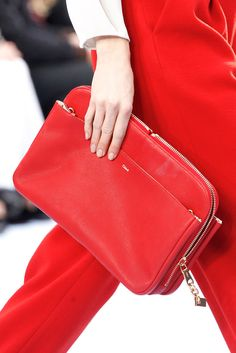 Vogue Mode: Trends, Fashion-News, Star-Looks und Accessoires - Vogue. Chloe Bag, Best Handbags, Chanel Handbags, Chanel Bags, Chloe Purses, Ysl, Red Clutch, Clutch Bags, Leather Clutch