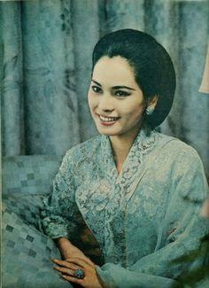 Kebaya modern  karya desainer kebaya  Era Soekamto menampilkan beberapa desain kebaya modern dalam sebuah pagelaran busana kebaya. Berikut m...