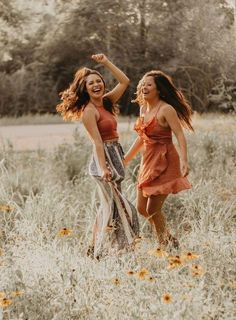 Best friends Boho style, sunflower field, Houston arboretum, best friend photography bohemian outfit Source by outfit ideas Best Friends Shoot, Cute Friends, Photoshoot Ideas For Best Friends, Girls Photoshoot Ideas, Poses With Friends, Best Friend Session, Photos Bff, Sister Photos, Sister Picture Poses