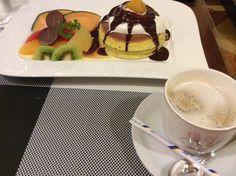 スペシャルホットケーキとカフェラテ©摂理ブログ