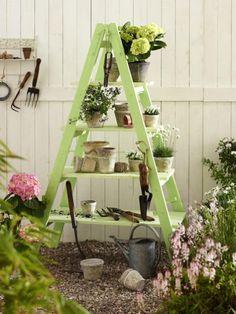 Der Herbst kommt mit großen Schritten und wir haben schon wieder ganz viele Ideen, wie wir den Garten herbstlich schmücken können - z.B. mit diesem Leiterregal.