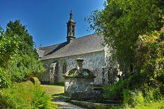 La chapelle Notre-Dame-de-Bonne-Nouvelle et la fontaine Saint-Eutrope à Locronan.