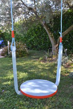 Reciclar muebles: un taburete en un columpio de jardín