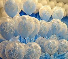 Essa ideia de usar balões duplos na decoração da Festa Infantil Frozen fica maravilhosa. Imagem da empresa Festa Provençal.