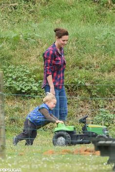 Exclusive: Kate Middleton and Prince George Keep the Cute Park Pictures Coming!: Kate Middleton and Prince George have been spending more and more sweet quality time together! Princesa Charlotte, Princesa Diana, Prince William Family, Prince William And Catherine, William Kate, Estilo Kate Middleton, Kate Middleton Style, Middleton Family, Lady Diana