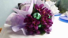 Un mazzolino di viole con ovetti di cioccolato, un semplice e dolce regalo :) www.labottegadeisogni.biz #ideeregalo #Pasqua