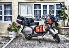 Touring the Greek islands on a Vespa is a very european thing to do. Vespa P200e, Lambretta Scooter, Vespa Scooters, Piaggio Vespa, Scooter Custom, Mod Scooter, Vespa Excel, Classic Vespa, Motorcycle Wallpaper