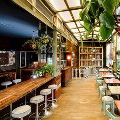 House of Small Wonder Café Berlin New York Tresen und Pflanzen