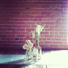 Simple centerpiece with white snapdragons, dahlias and baby's breath