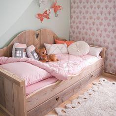 Alleen bij Saartje Prum vind je bedbank Lieve. Een echt meidenbed om in te dromen of gezellig met vriendinnen op te zitten. Houd je niet van massaproductie, dan is dit meisjesbed wat je zoekt!