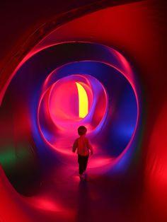 건축과 이벤트가 만나는 또다른 방법을 제안합니다. 마치 여러개의 풍선이 연결되어 있는 듯한 돔형태의 설치물은 내부에 네트워킹 되어 있는 터널을…