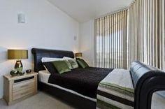 Cortinas verticales con tejido técnico black out en el dormitorio. Vertical blinds.