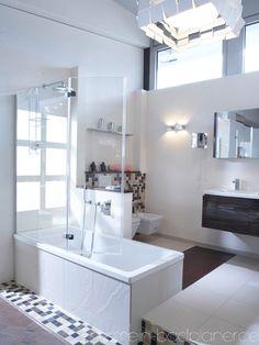 Badewanne mit Aufsatz aus Glas.