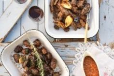 Skilpadjies Bestanddele 3 – 4 kg vars netvet 1 kg skaap- of beeslewer 2 skaapniertjies 150 g wildsvleis-steak 2 uie, gekap 4 knoffelhuisies, fyngekap 5 ml sout 5 ml growwe swartpeper 5 ml brandrissie, gekap 1 takki. Steak, Recipies, Beef, Dishes, Kos, Ethnic Recipes, Recipes, Plate, Tablewares