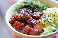 Poke bowl Pretty Poke Bowl – Cocktails and Pretty Drinks Poke Bowl, Sushi Menu, Salad Recipes, Healthy Recipes, Healthy Food, 200 Calorie Meals, Sushi Bowl, Afternoon Snacks, Meal Planning