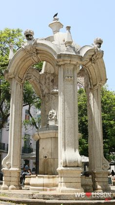 Carni square in Lisbon is known for being one of the symbolic places of the 25th of April Revolution and where you find one of Lisbon's most striking sights – the ruins of Carmo Convent.
