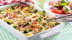 Pastagratäng med kassler | Allas.se Pasta Salad, Broccoli, Potato Salad, Bacon, Potatoes, Ethnic Recipes, Food, Crab Pasta Salad, Potato