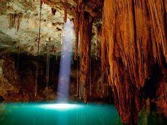 メキシコ:セノーテイキル 「セノーテ」とは地底湖という意味で、メキシコ各地に存在している。湖の下層には大規模な鍾乳洞が水没していることが知られている。微生物など存在しないため透明度100mと言われる。ライセンスがなくても泳ぐことができ、沈む鍾乳洞と差し込む太陽光が美しい。