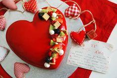 Cuore di mousse al cioccolato fondente con lamponi freschi, glassa lucida rossa