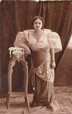 an example of Baro't Saya. This one is an elegant style which maybe worn by a higher class woman during the Spanish era in the Philippines. Philippines Dress, Philippines Fashion, Philippines Culture, Philippines People, Filipino Art, Filipino Culture, Baro't Saya, Filipiniana Dress, Filipino Fashion