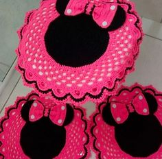 This Pin was discovered by PamThis post was discovered by jusiliane oliveira. Discover (and save!) your own Posts on Qoster.crochet art is evergreen andas disney kitsch as itMega Combo Crochê e Amigurumi Crochet Bunny, Crochet Home, Crochet Crafts, Crochet Doilies, Crochet Projects, Free Crochet, Knit Crochet, Knitting Patterns, Crochet Patterns