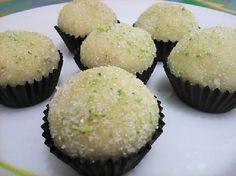 O Brigadeiro de Torta de Limão é fácil de fazer, delicioso e vai surpreender todos os seus convidados. Experimente! Veja Também:Brigadeiro de Morango com